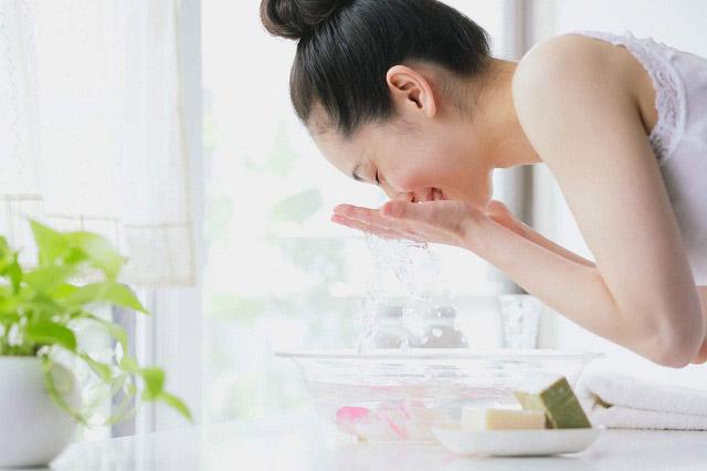 Sạm da do nắng cần được làm dịu ngay với nước mát